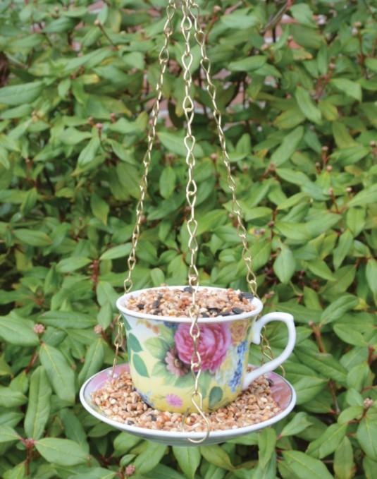 Lintujenruokinta, teekuppi, keltainen