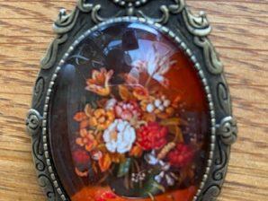 Rintaneula, kukat lasimaljakossa