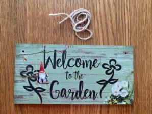 "Puutarhakyltti, ""Welcome to the garden"""